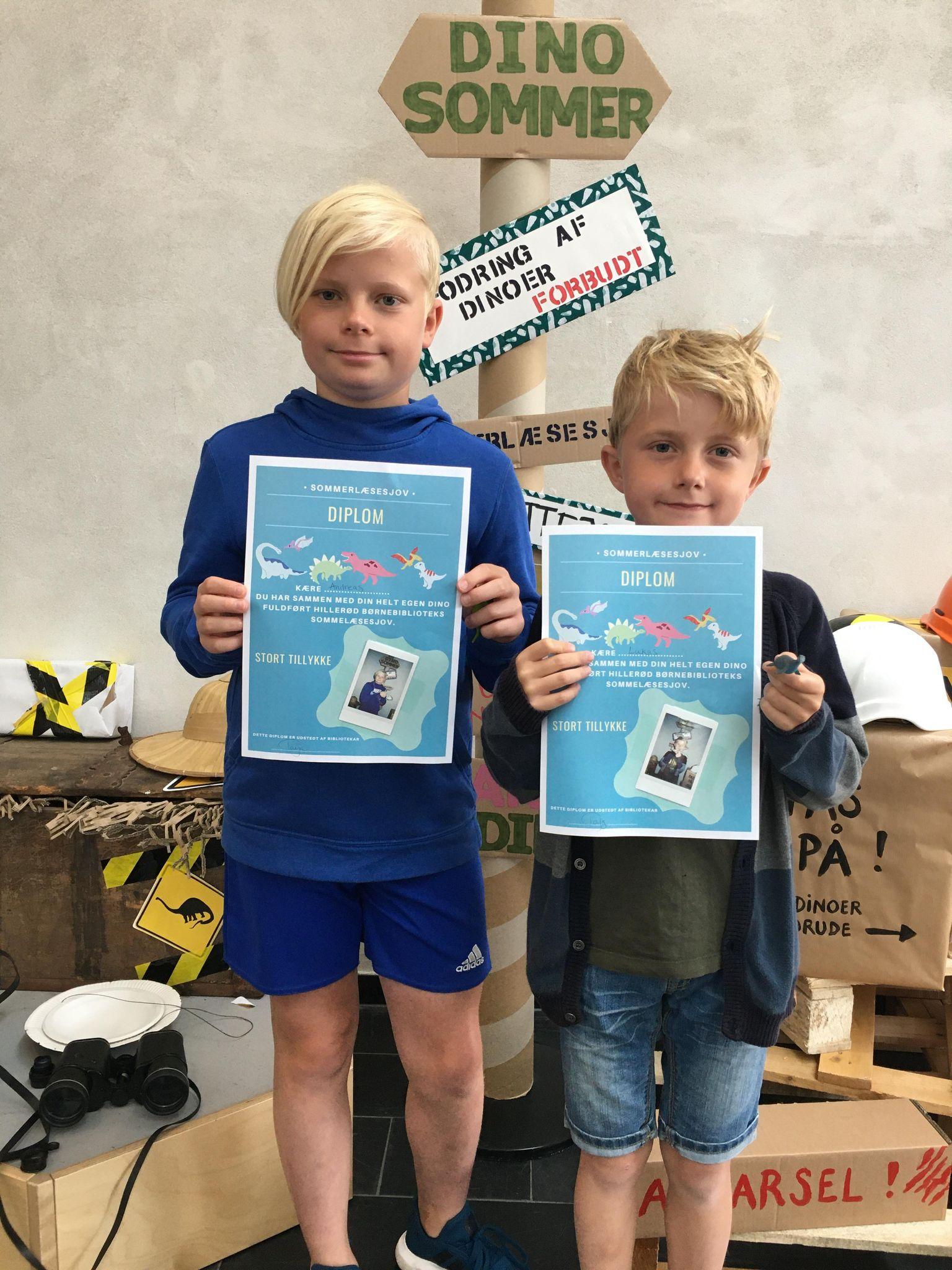 Brødrene Andreas og Lukas med deres diplomer.