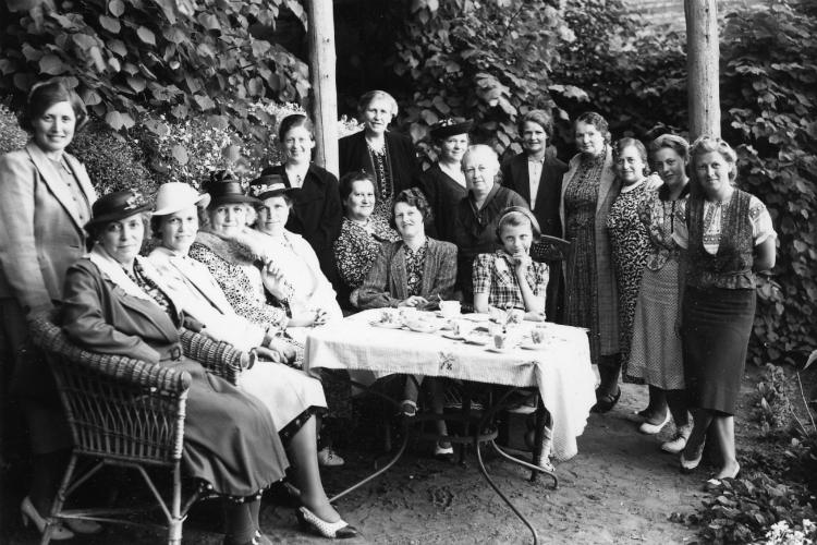 Kvindelige gæster til fødselsdagskaffebord i haven, Helsingørsgade 33, ca. 1940