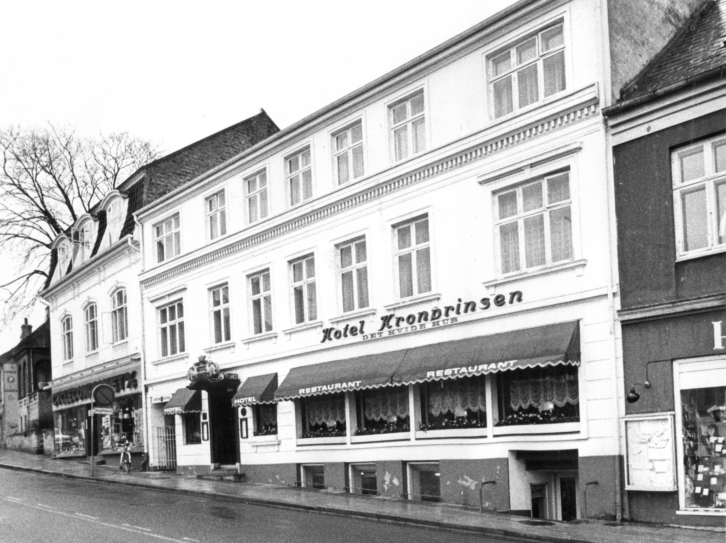 Parti fra Torvet med Hotel Kronprinsen i fokus. 1970.