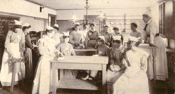 Kvindelige elever på Frederiksborg Husholdningskole, Lindevej 5,1902