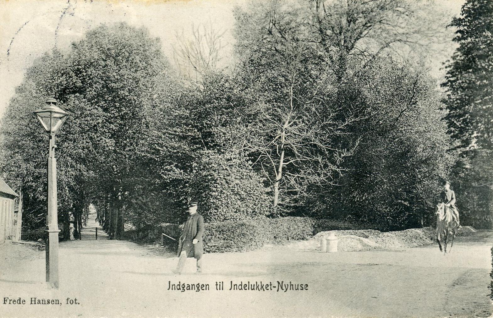 """Kalvehavevej se nedgennem Kastaniealleen. Indgangen til """"Indelukket"""", Nyhuse. 1910"""