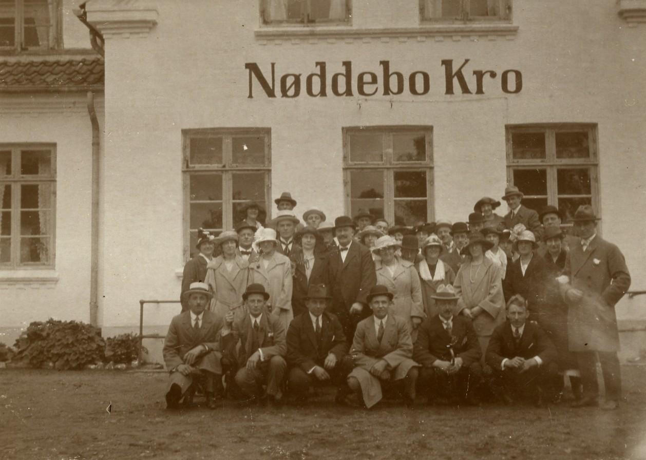 Gæster foran Nødebo Kro, 1940
