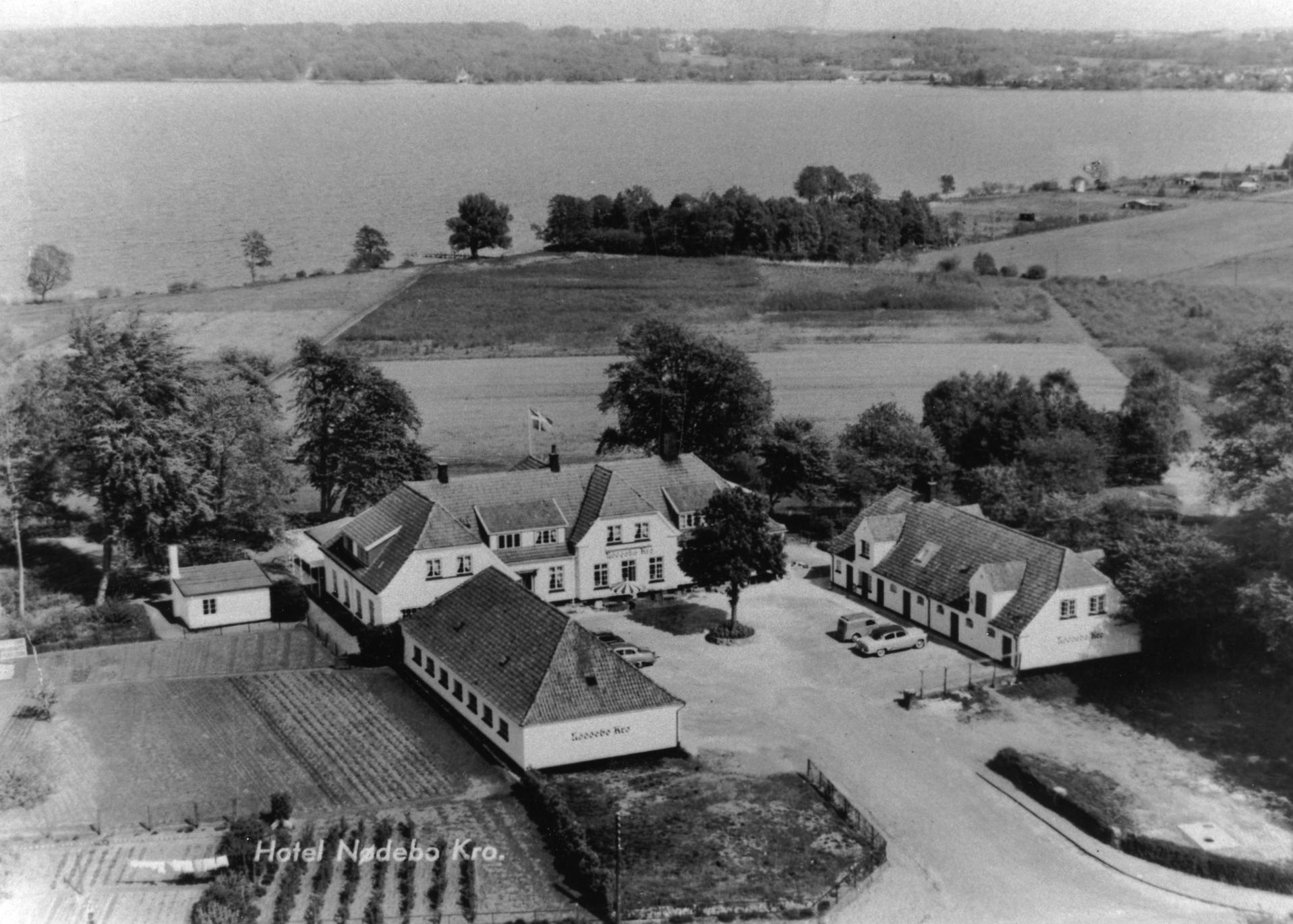 Luftfoto af Nødebo Kro, 1950