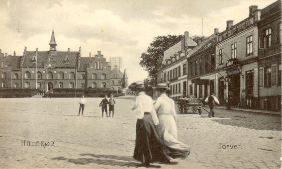 Torvet med rådhuset cirka 1900
