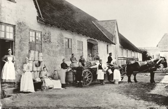Mejeriet og mejeriarbejdere på Hillerødsholm, ca. 1895