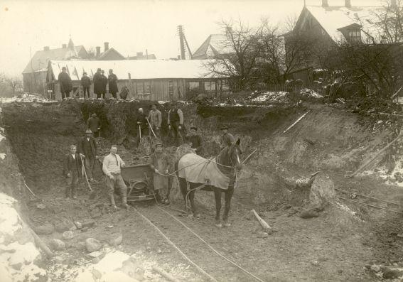 Anlæggelsen af forbindelsen mellem Nordstensvej og Hostrupsvej med hestetrukken tippe-vogn. Ca. 1925