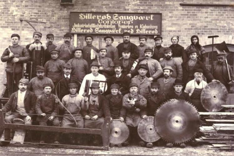 Hillerød Savværks, den samlede medarbejdstab (og en kat), omkring 1900