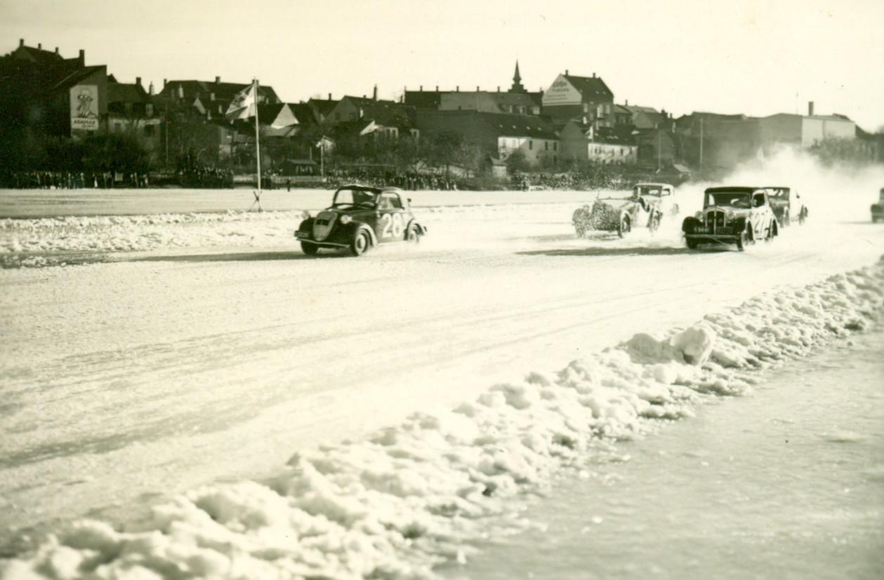 En 2cv har lagt sig i front i isbaneløbet på, Frederiksborg Slotssø, ca. 1930-1940