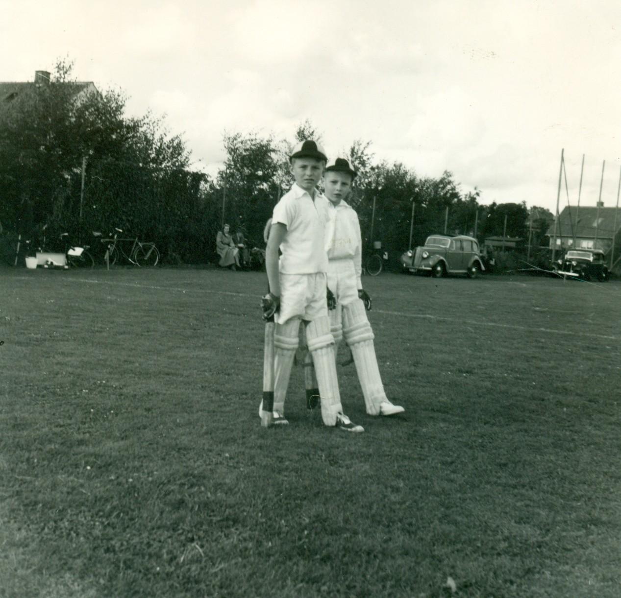 To drenge i flot crickettøj, 1953-1954.
