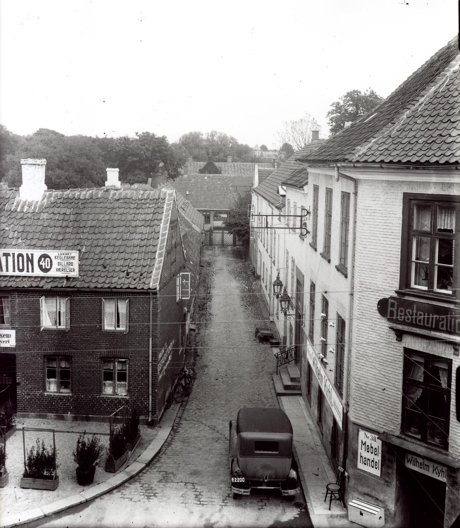 Byskriverstræde. På facaden i nr. 40 reklameres for keglebanen i Byskriverstræde.