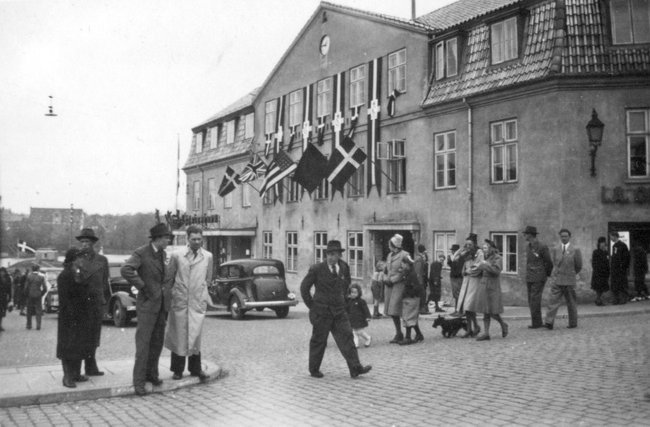 Hotel København med Alliancens flag og kongelige vimpler. 1945