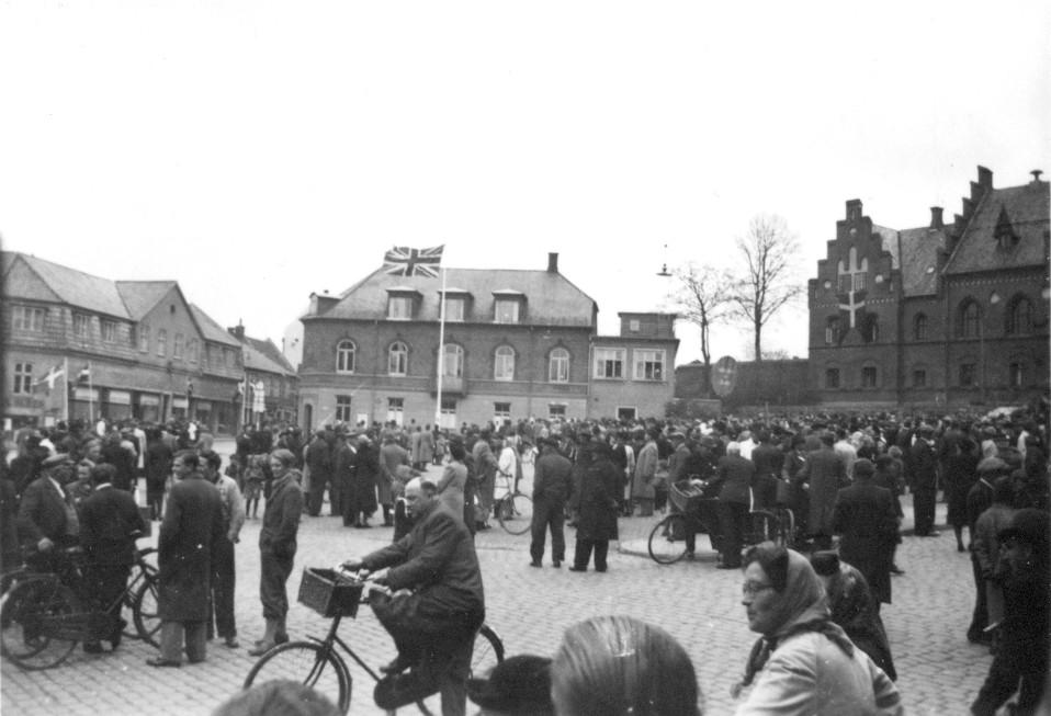 Union Jack vajer på Torvet, der er fyldt med glade mennesker, 1945