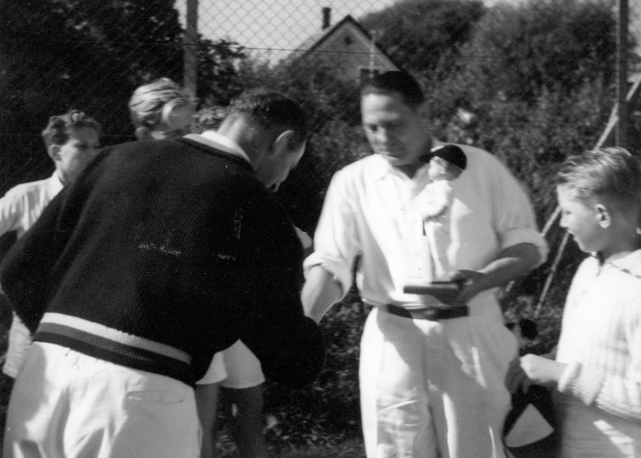Modtagelse af cricketmaskot. 1953-1954