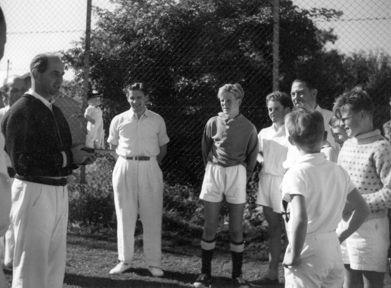 Overrækkelse af cricketmaskot. 1953-1954