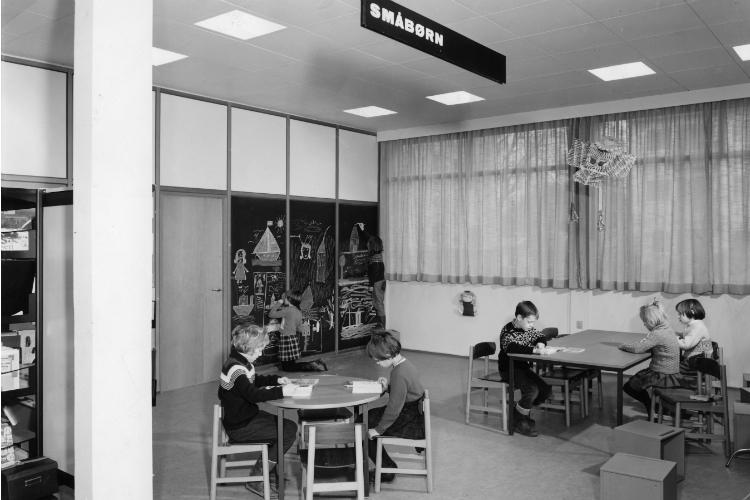 """Hillerød Bibliotek, Bakkegade 23, """"småbørnsafdelingen"""", ca. 1965"""