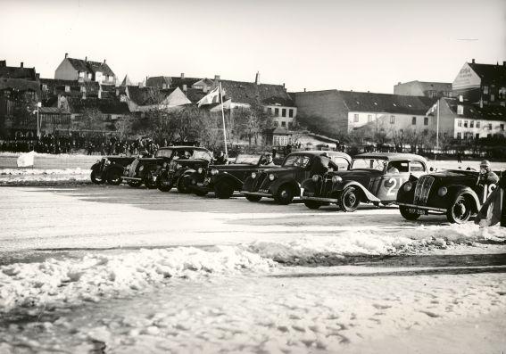 Der er linet op til isbaneløbet på Frederiksborg Slotssø, ca. 1940-195