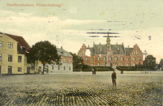 Torvet med rådhuset cirka 1910