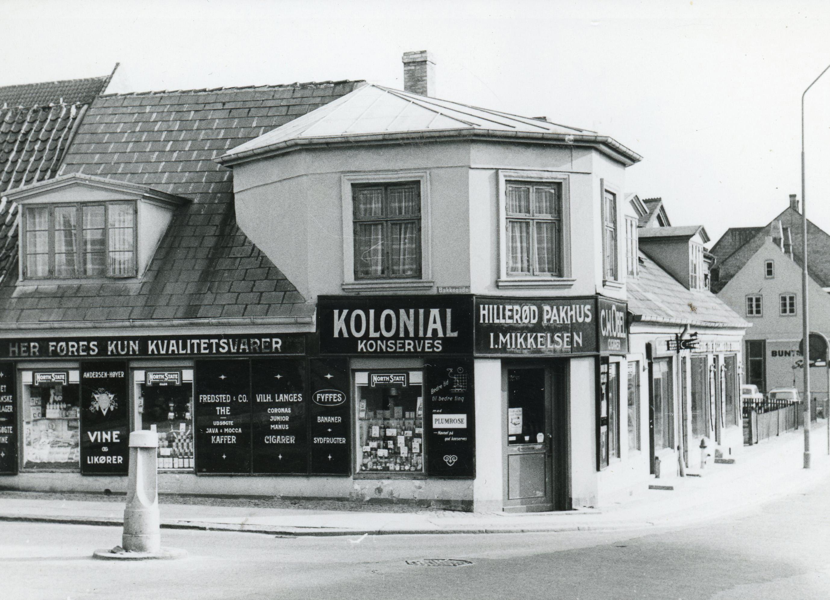 """Hjørnet af Helsingørsgade og Bakkegade, """"Hillerød Pakhus"""", foto fra slut 1960"""