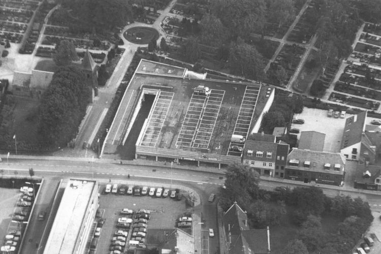 """Luftfoto af Østergade over bygningen med """"Svendsen Møbler"""""""