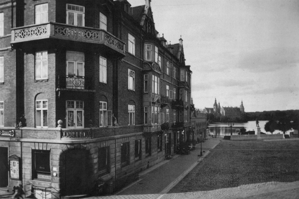 Torvet, bankbygningen, 1923