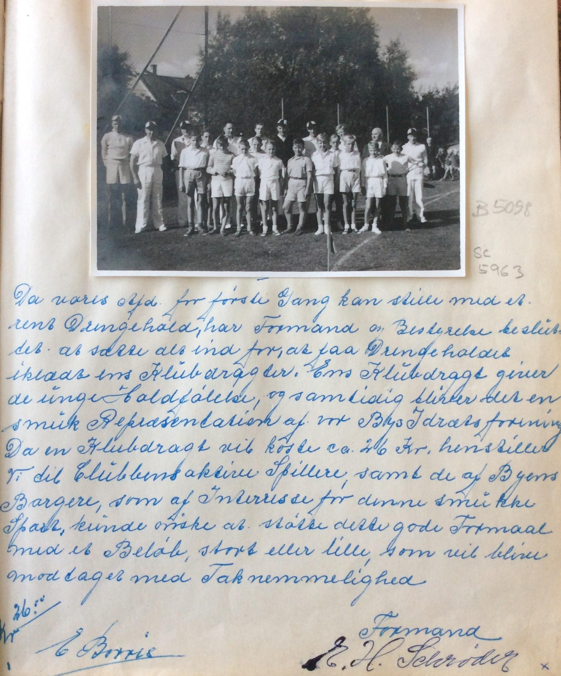 Udsnit fra indsamlingsprotokollen med holdfoto. 1953-1954