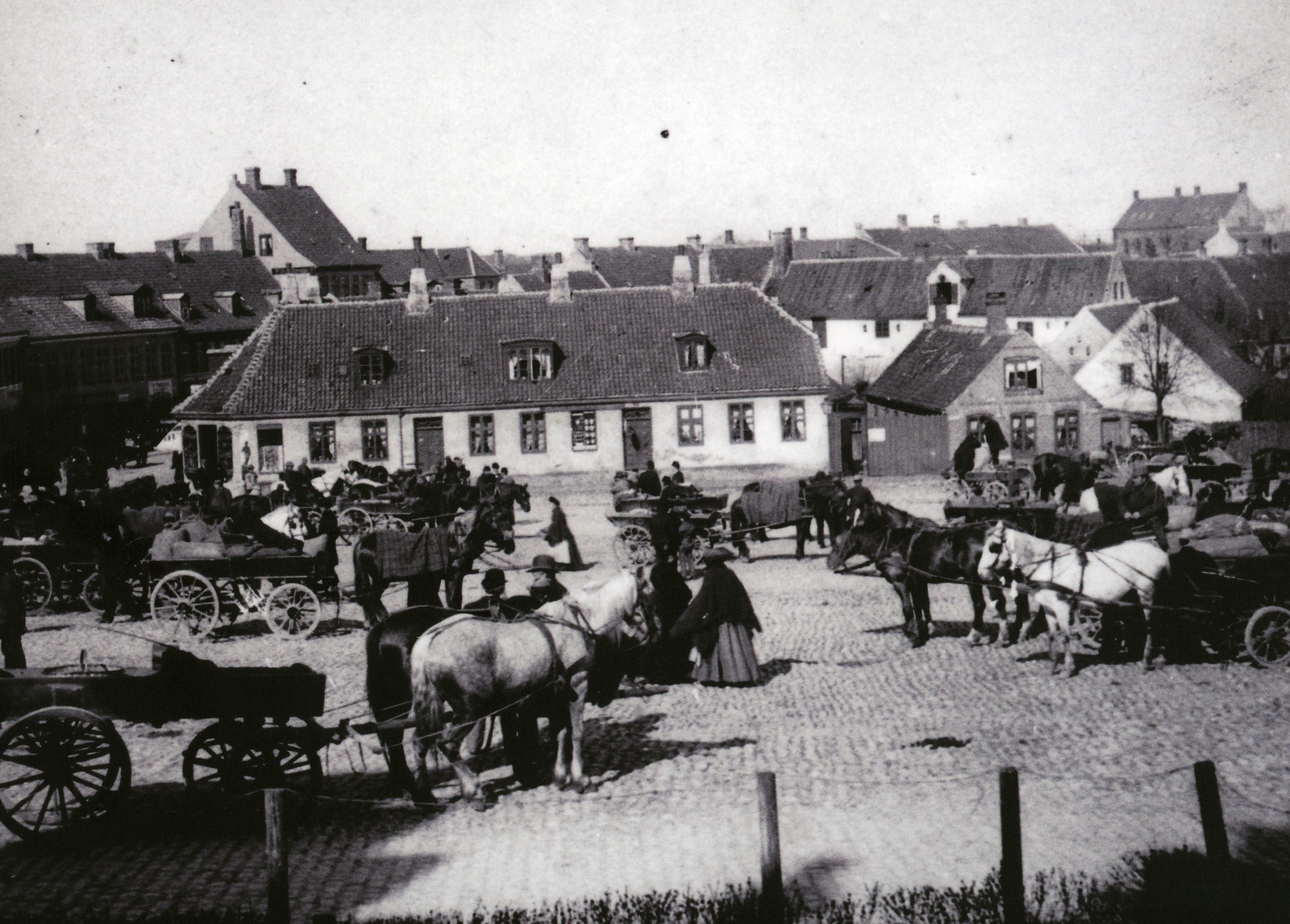 Hestevogne og mennesker mødes ved torvehandel i Hillerød ca. 1890.