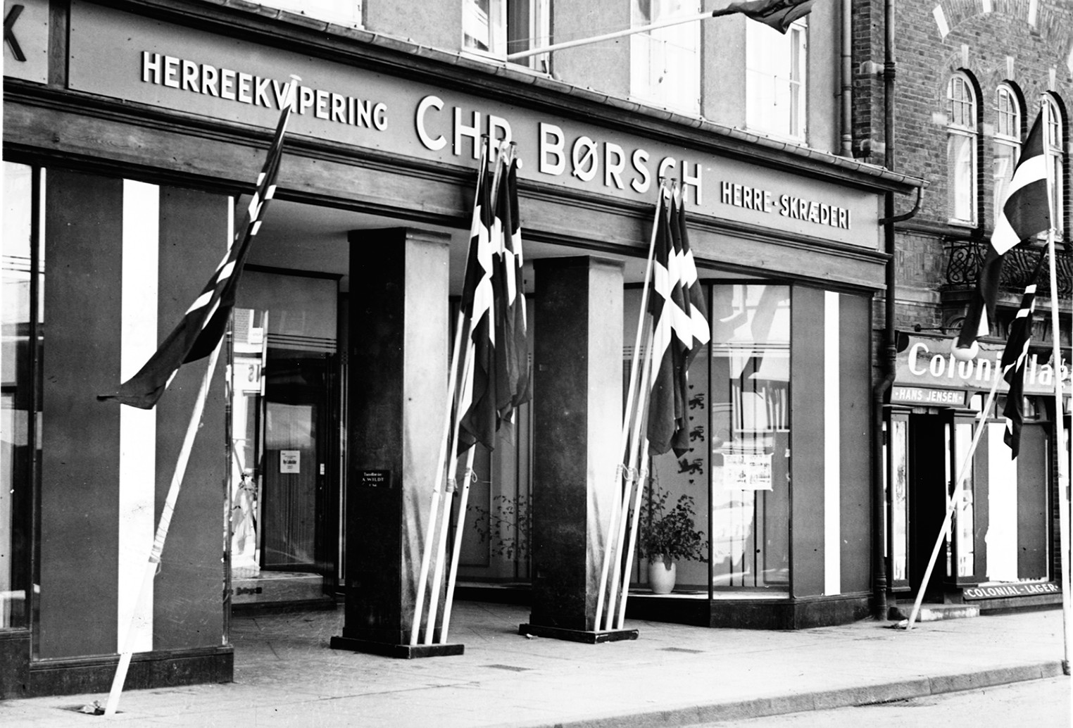 Børsch's forretning med flag ved indgangen i forbindelse med festligheder efter befrielsen. Foto: Hillerød Lokalhistoriske Arkiv