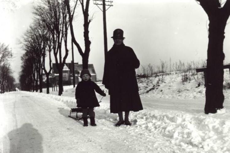 Kvinde og barn i sneen på Holmegårdsvej ca 1920