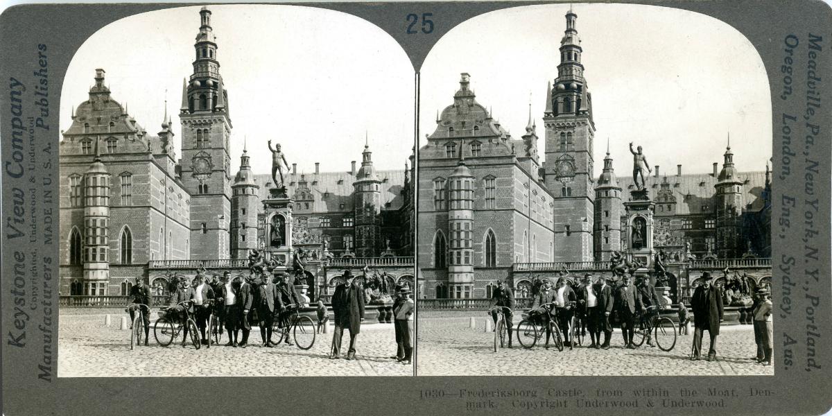 Stereoskopfot af samme foto som før af cyklisterne ved Frederiksborg Slot