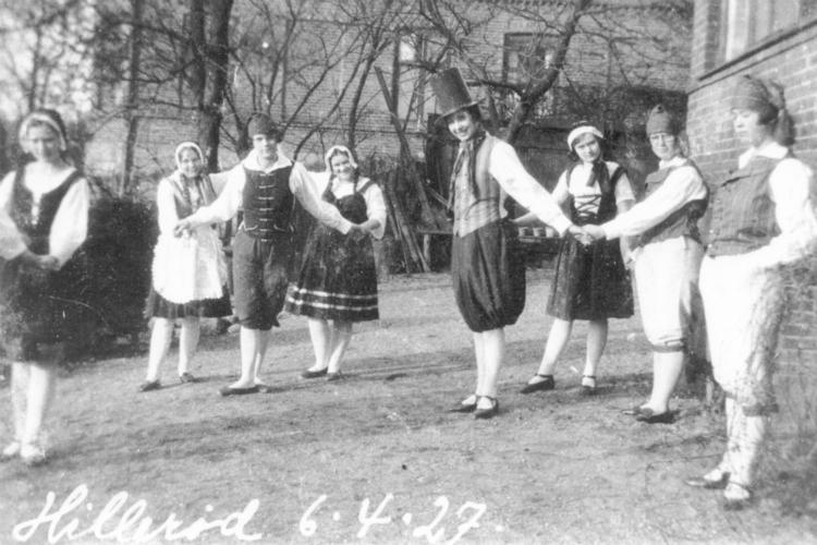 """Elever fra skolehjemmet """"Solbakken"""" øver folkedans, 1927"""