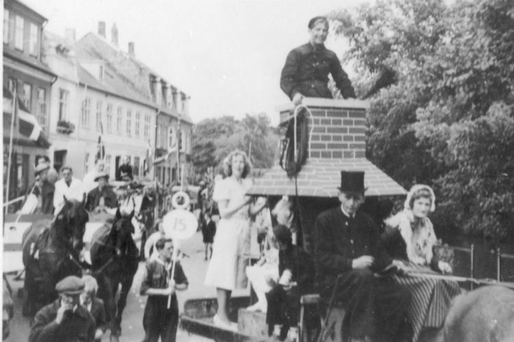 """Børnehjælpsdagen, optog, """"Skorstensfejeren og hyrdinden"""", Slotsgade, 1945"""
