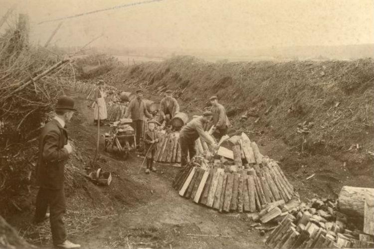Kulsviere opbygger miler. Hillerød Overdrev. 1920