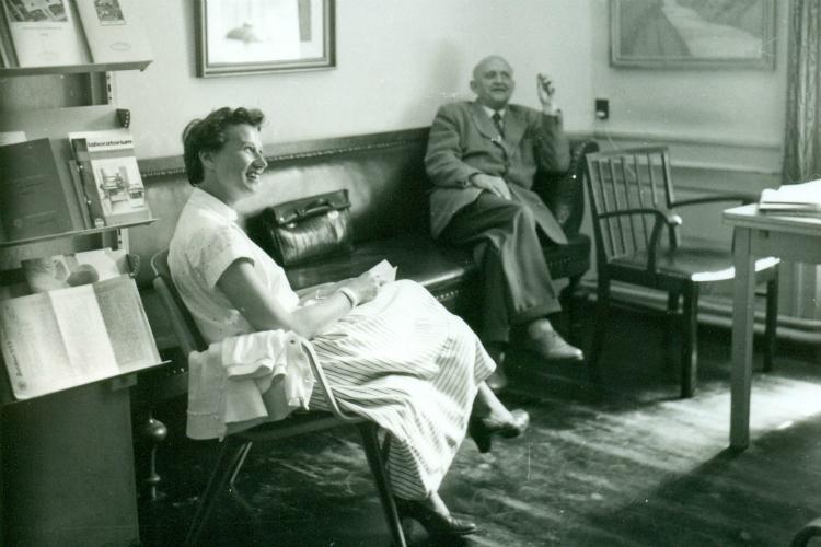 Adjunkt Lotte Sahl-Nielsen og lektor Peter Grove, Frederiksborg Statsskole, 1957.