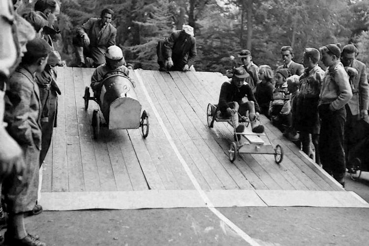 Rendelæggerbakken, sæbekasseløb, to drenge lægger ud i høj fart, 1957
