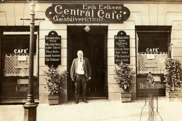 """Erik Eriksen foran """"Central Café og Gæstgiveri"""",Slotsgade 25, 1912-16."""