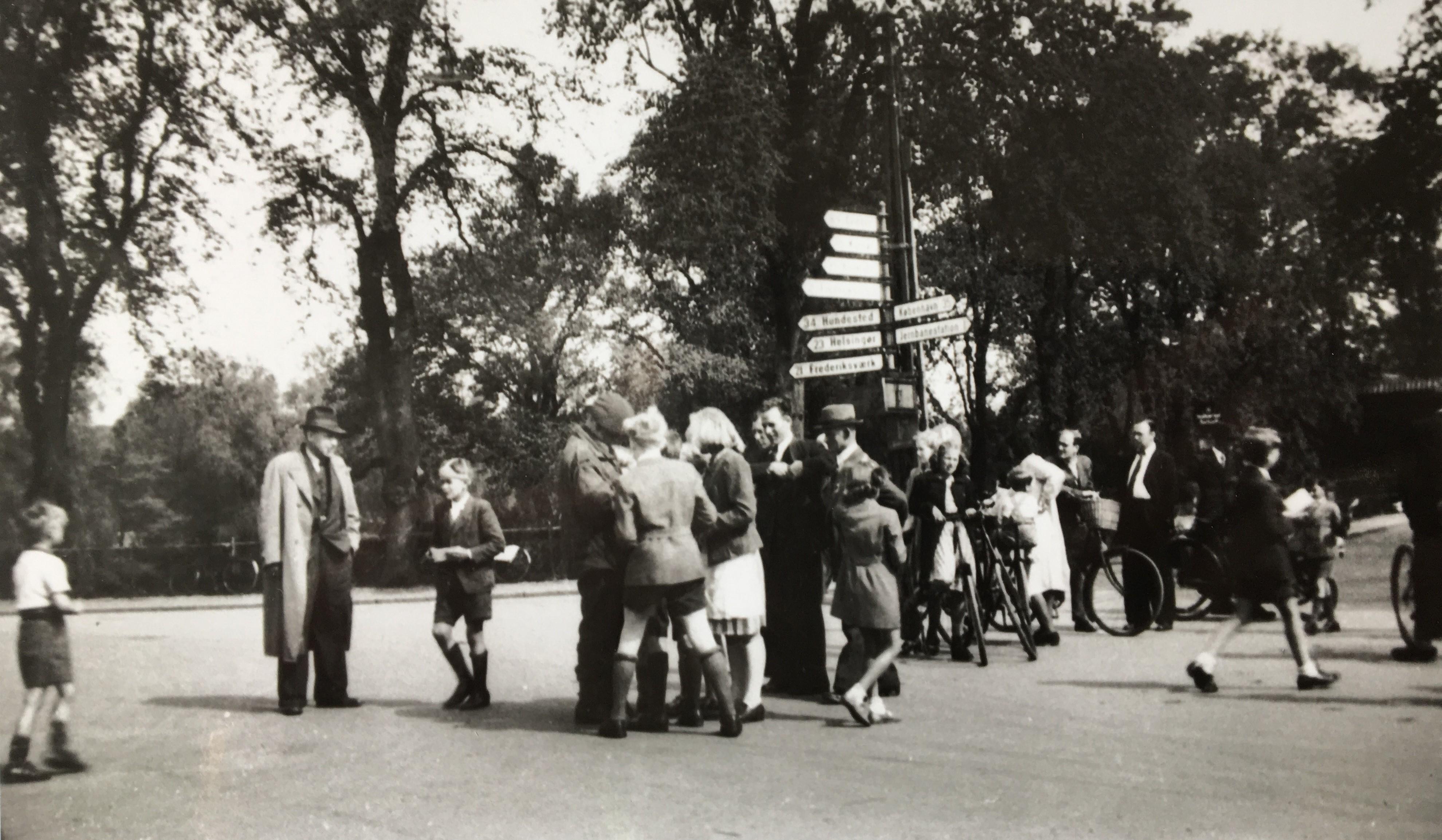 """Engelsk soldat """"omringet"""" af børn og unge, 1945"""