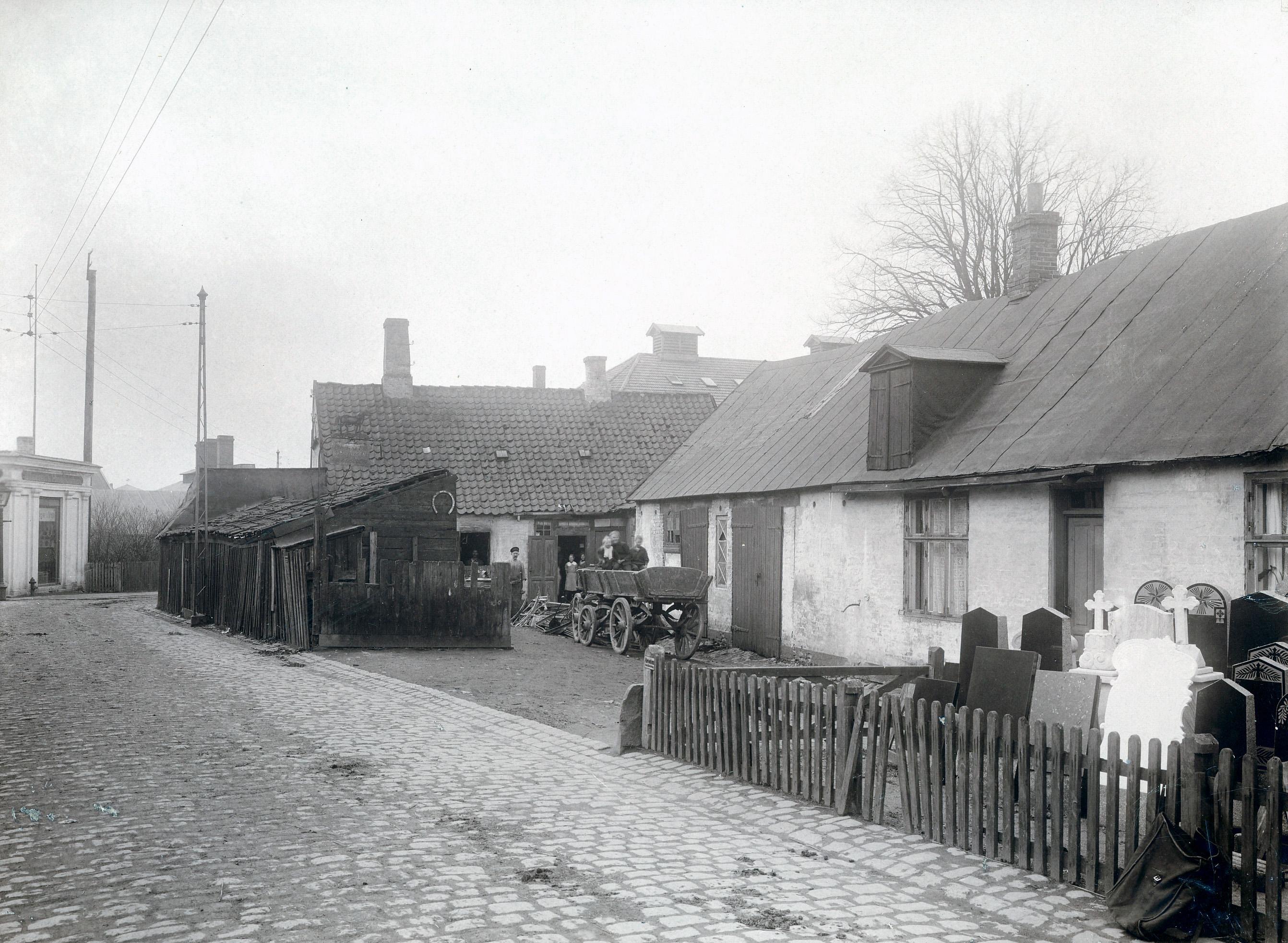 Stenhuggergården, Nordstensvej, 1900.Familien poserer i gården.