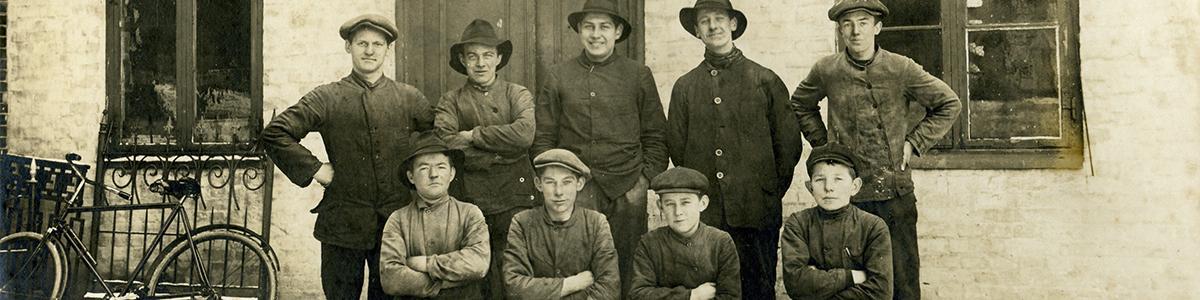 Maskinarbejdere poserer, ca. 1910