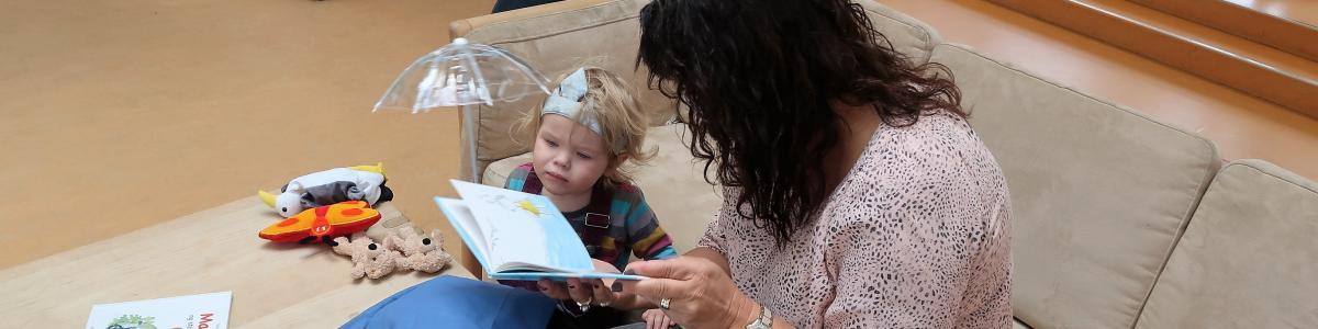 Voksen og barn læser sammen