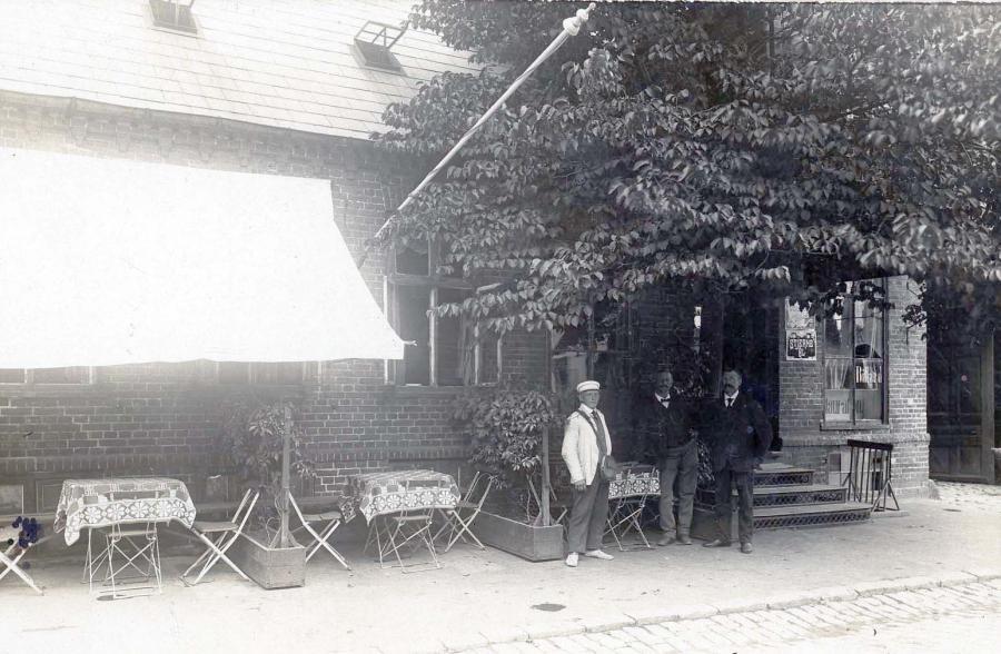 Værtshuset, Bedste, med den fine gamle trappe op til værtshuset og en reklame for Stjerne øl i vinduet.