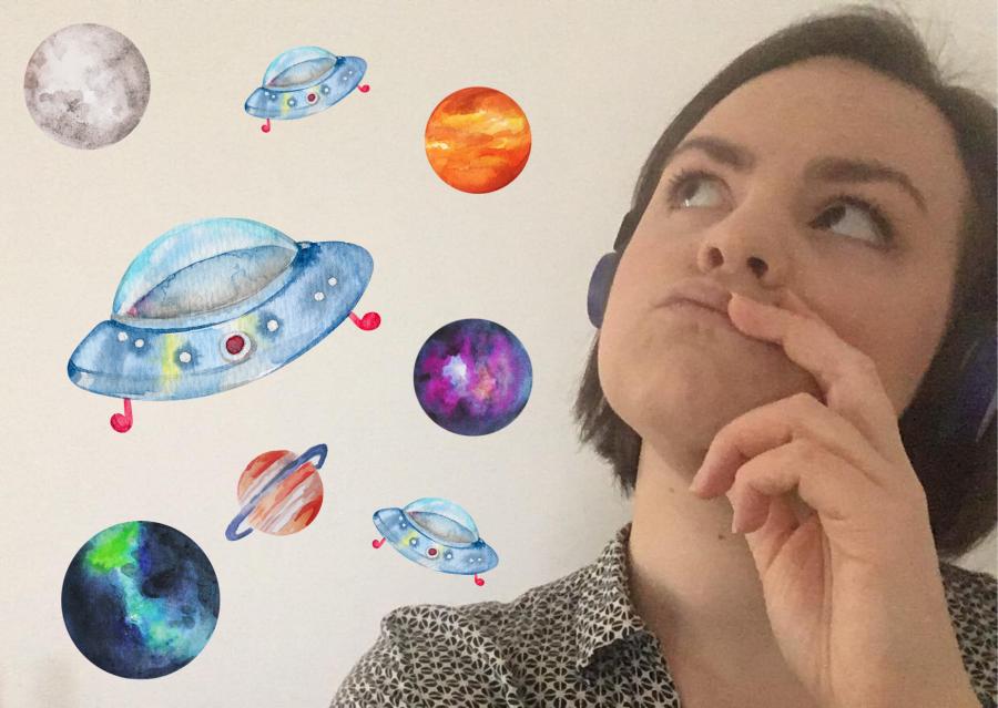 Børnebibliotekar Sofie Funder Allermann omgivet af planeter