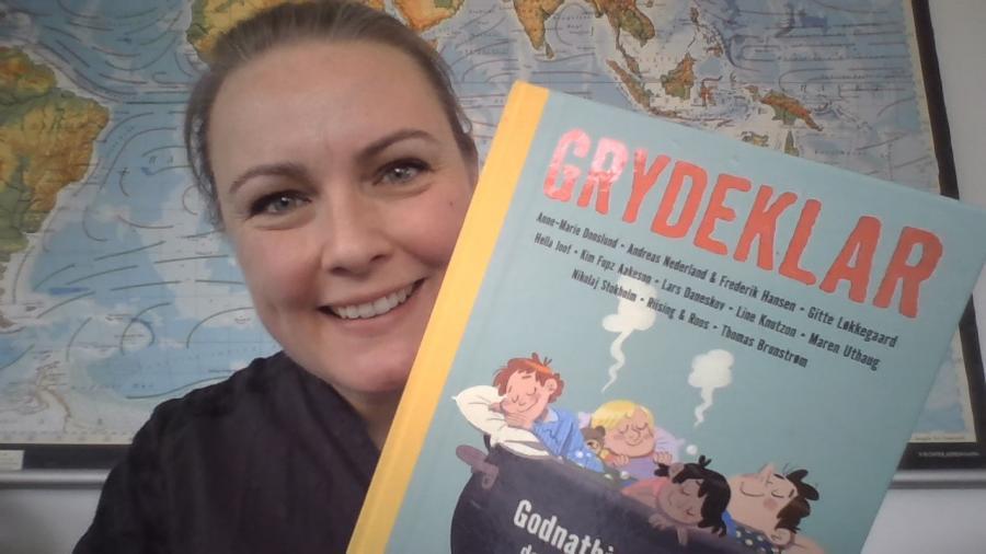 Stine Lauritzen Larsen med bogen Grydeklar