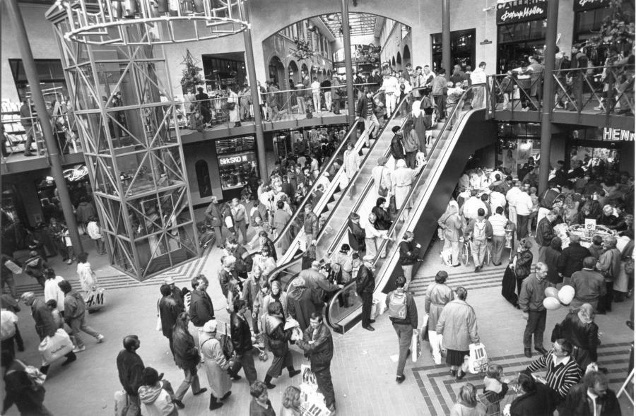Rulletrapper i Slotsarkaderne med store menneskemængder ved åbning af centeret, 1992