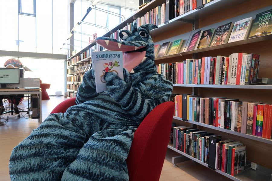 Hilbert sidder og læser en bog