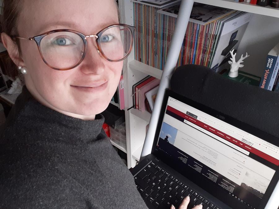 Bibliotekar Julie Feldskov Henriksen foran sin pc