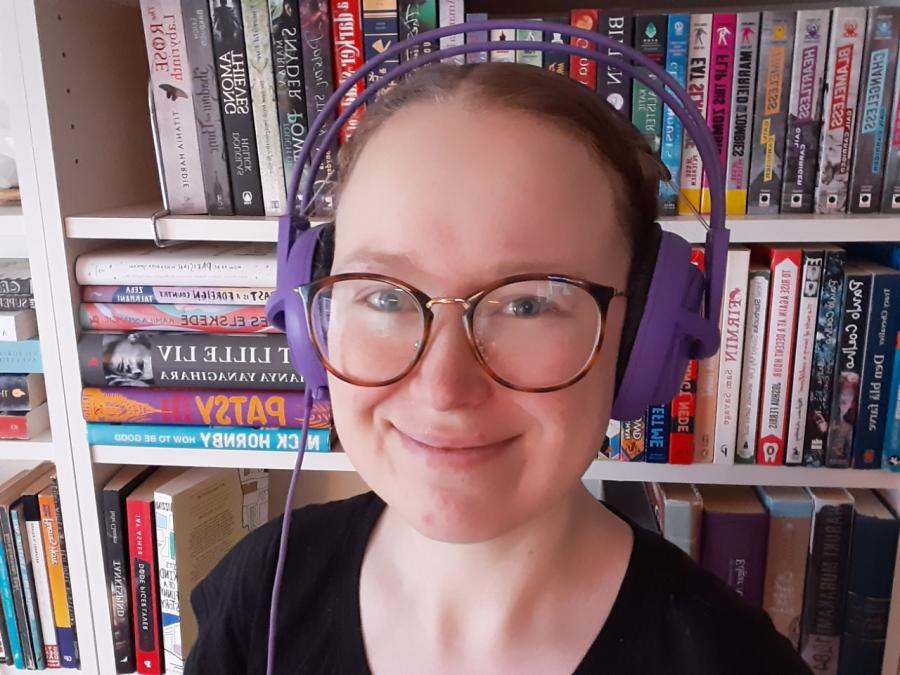 Bibliotekar Julie Feldskov Henriksen med hovedtelefoner