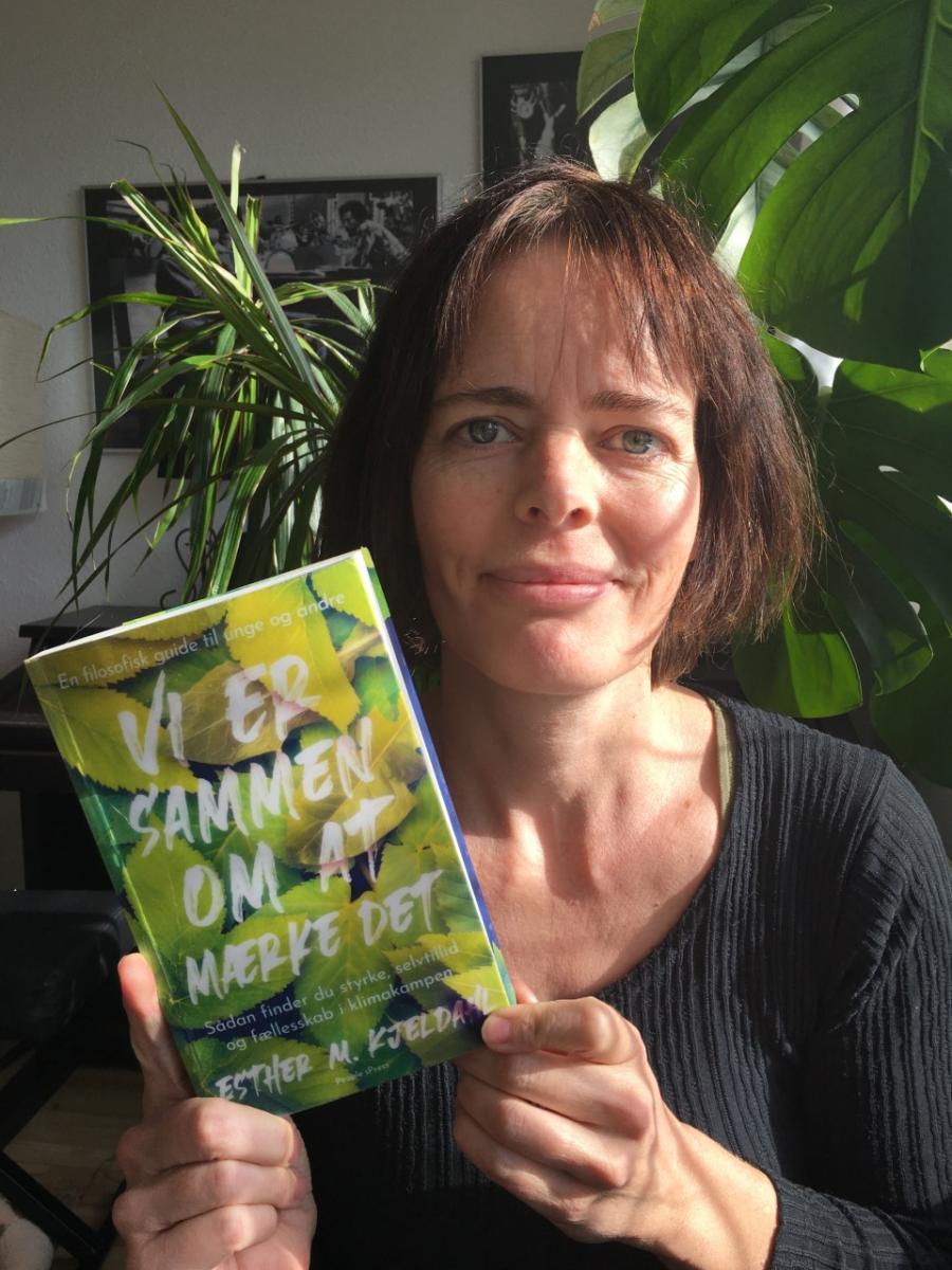 """Marie Schmidt fra Hillerød Klimanetværk holder bogen """"Vi er sammen om at mærke det"""""""
