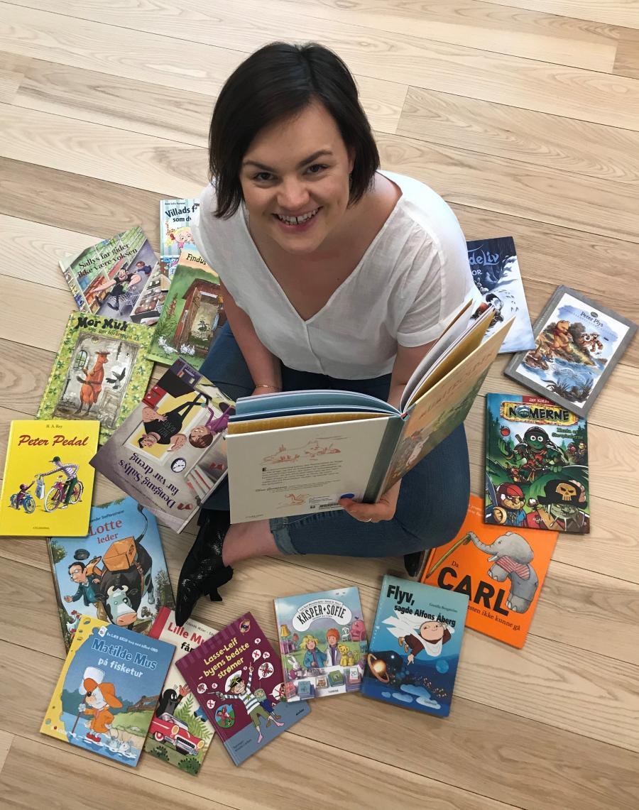 Børnebibliotekar Sofie sorterer billedbøger.
