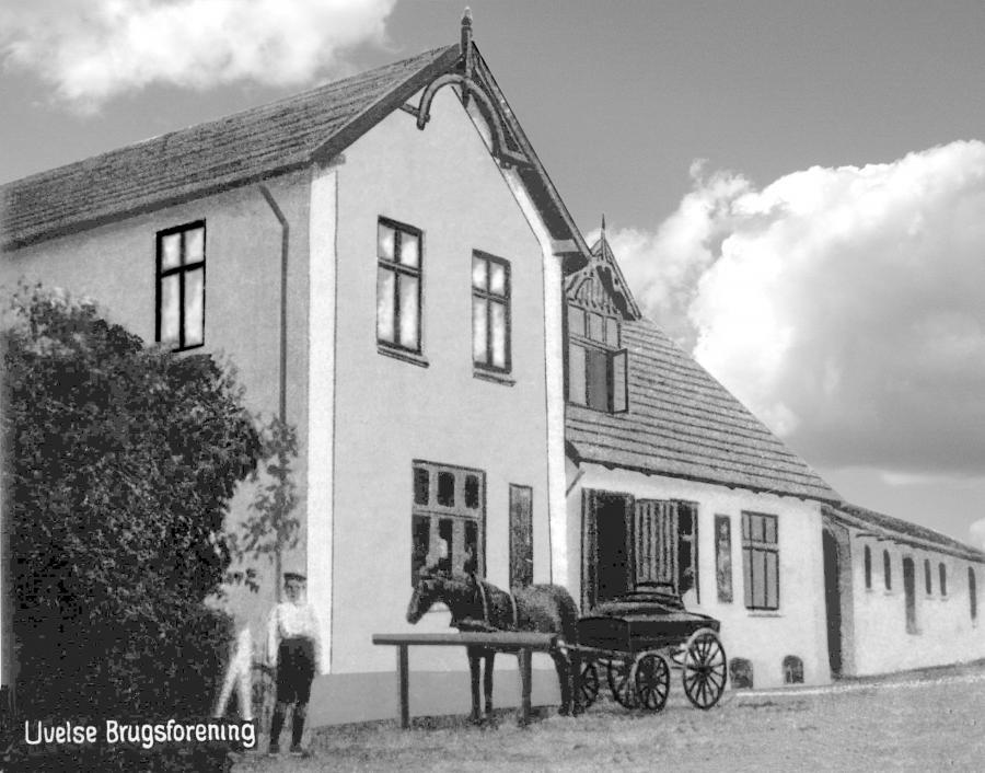S/H foto af Uvelse Brugs facade med hestevogn ude foran. Cirka 1920