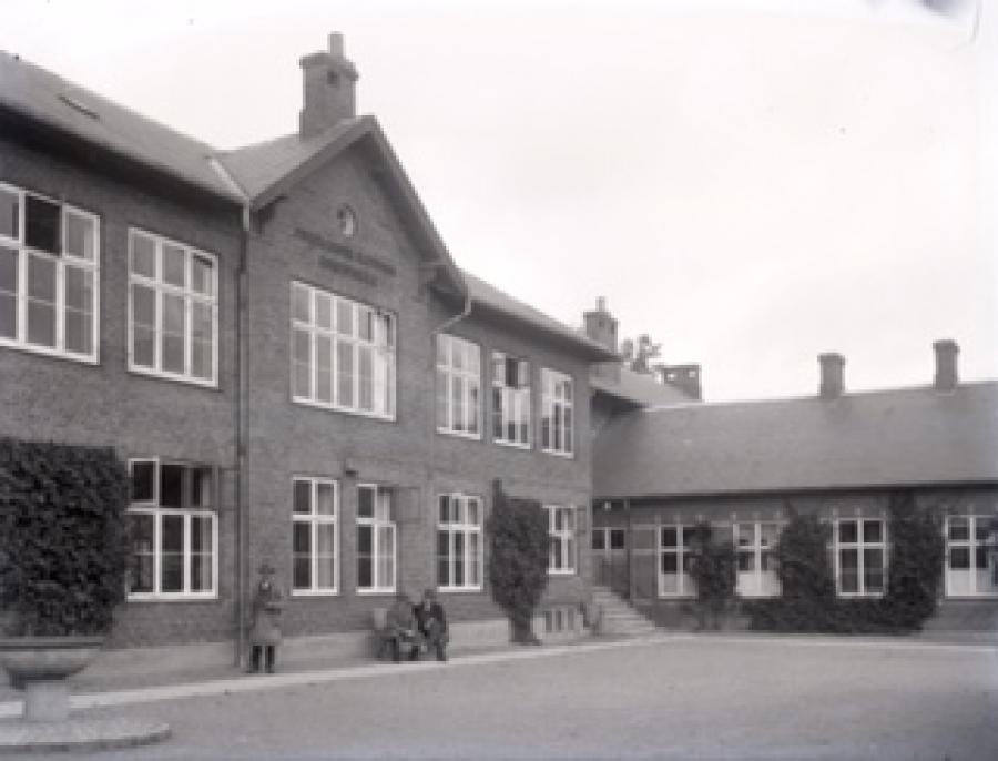 Skolebygningen bag Stutmesterboligen, ved Nyhuse skoles 125 års jubilæum i 1929. Foto: Thorvald Staunstrup